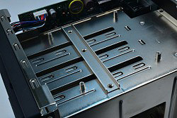 高剛性を追求し、ハードディスクの弱点である振動を抑える